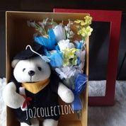 Bouquet Boneka Teddy Bear Wisuda Dengan Coklat Fererro Rocher Dalam Rangkaian Bunga