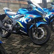 Motor Suzuki GSX 150R Warna Biru Putih
