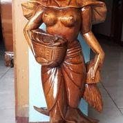 Patung Wanita Nelayan