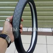 Sarung Stir Kulit Cover Stir Mobil Hitam Kombinasi Abu Silang Universal